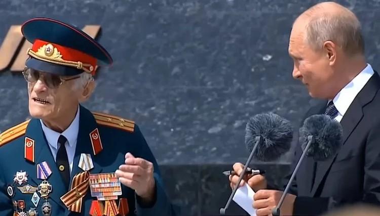 Николай Черных (слева) - Я подошел и сказал Владимиру Владимировичу, что у меня есть поручение, и я должен его выполнить. Президент не отказал. Фото: кадр с видео