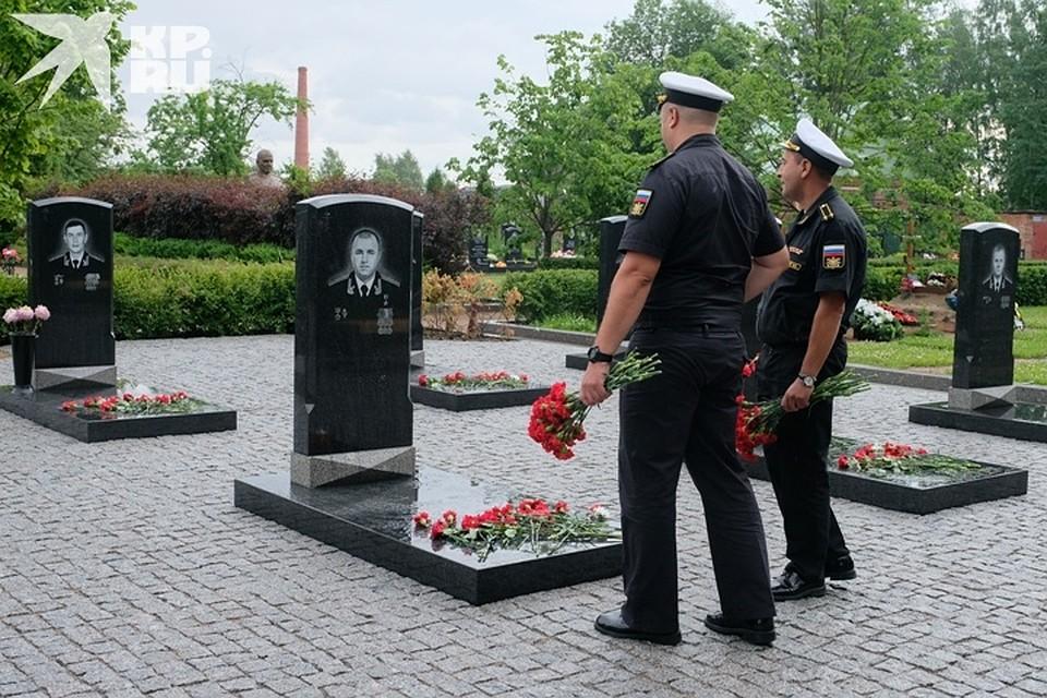 Более сотни моряков пришли помянуть своих коллег Фото: Артем КИЛЬКИН