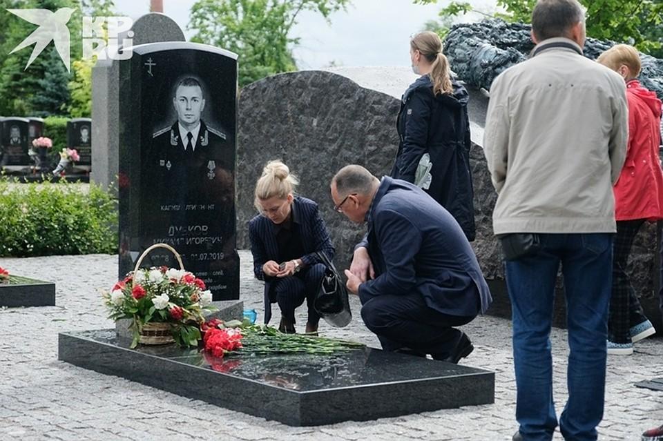 Всем родственникам раздали свечи на время молитвы за упокой Фото: Артем КИЛЬКИН