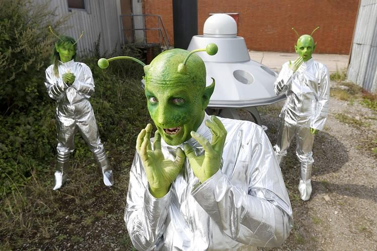 Инопланетян пока обитают в фантазиях художников да в секретных папках. Может, оно и к лучшему.