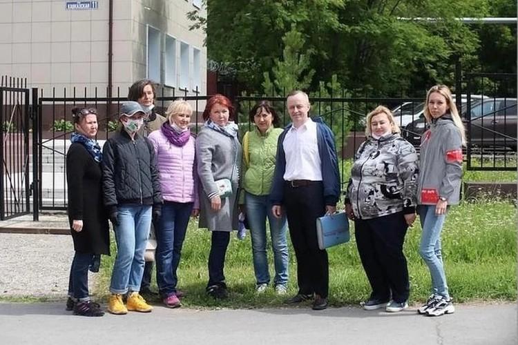 На каждое заседание по делу Валерия Сыропятова у суда собиралась группа поддержки: бывшие выпускники, коллеги, родители учеников.