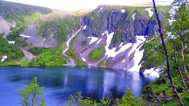 Четыре самых популярных места в Хакасии: Ивановские озера - 4 водоема, сообщающиеся между собой небольшими каскадными водопадами. Снег здесь лежит даже летом.