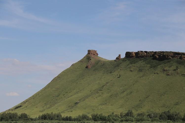 Четыре самых популярных места в Хакасии: Сундуки - природно-исторический ландшафтный памятник, музей природы под открытым небом. Горная гряда протянулась в северо-западном направлении на 10 километров при ширине 1-2 километра