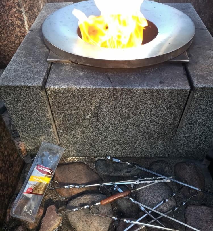 Двое девушек с мужчиной не только пожарили сосиски на вечном огне, но и оставили после себя помойку.