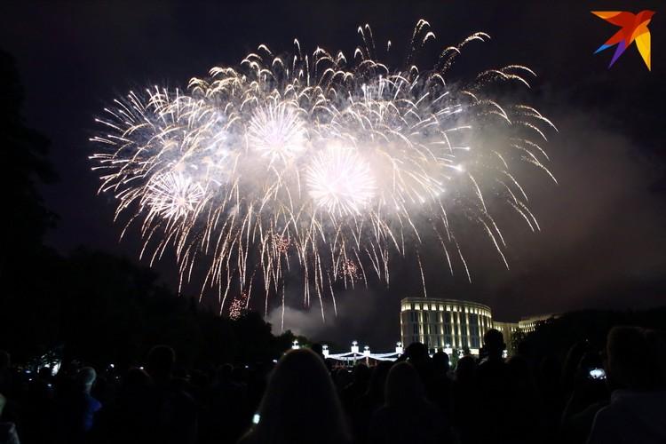 Последние аккорды праздничного открытия фонтана завершили фейерверком.