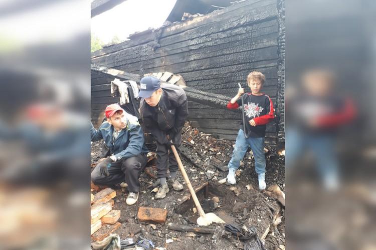 Дети помогают разбирать остов сгоревшего дома. Фото: личный архив Ирины Ларионовой.