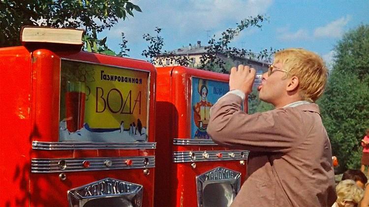 """Автоматы с газированной водой - кадр из фильма """"Операция """"Ы"""" и другие приключения Шурика""""."""