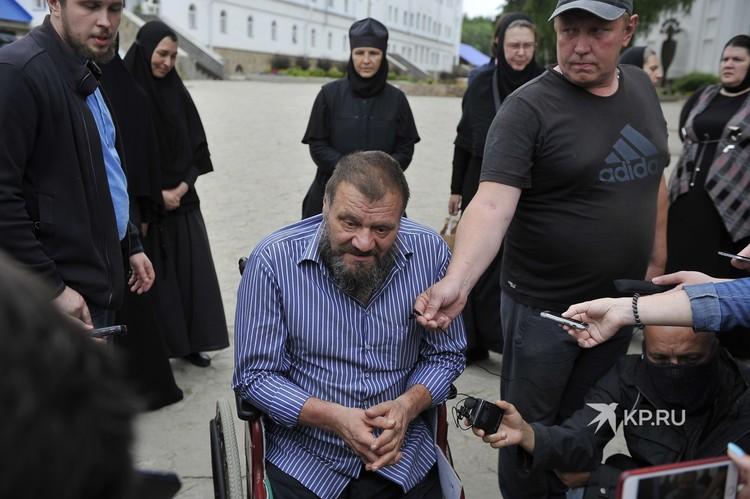 Вячеслав инвалид-колясочник даже в монастыре получает лечение. Откуда ему привозят инсулин, он не интересуются.