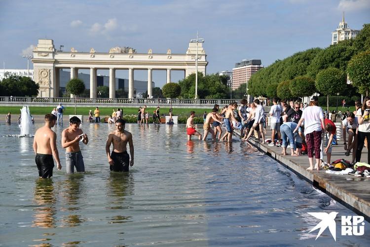 В такую жару горожанам хочется окунуться где угодно, даже в Парке Горького.