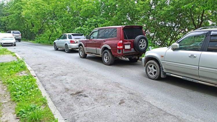 В выходные жильцы самостоятельно поменяли схему парковки. Фото: предоставлено горожанами.