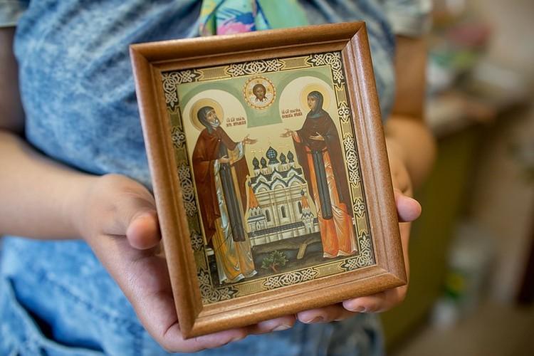 На венчание паре подарили икону с Петром и Февронией, которые стали образцом христианского брака и символом идеальных семейных отношений.