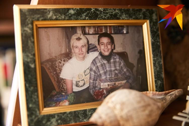 В квартире Елены Константиновны много фотографий с сыном.
