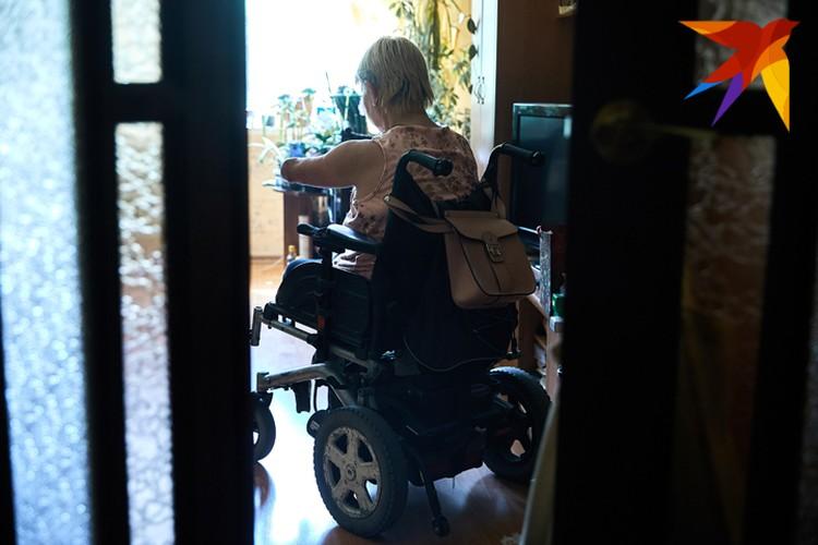 По дому и на улице Елена Константиновна передвигается на электрической коляске.
