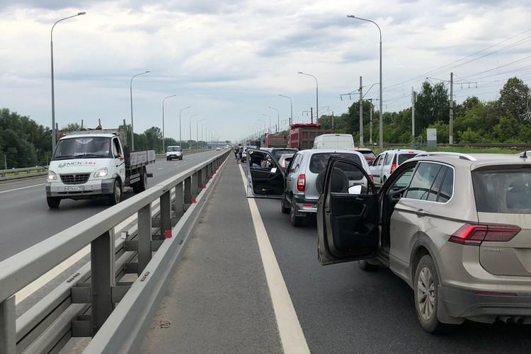 Пробка на мосту уже растянулась на несколько километров