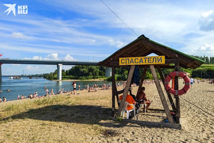 Спасатели заняли верхнюю точку на косе, откуда открывается обзор на «разрешенный» и дикий пляжи.