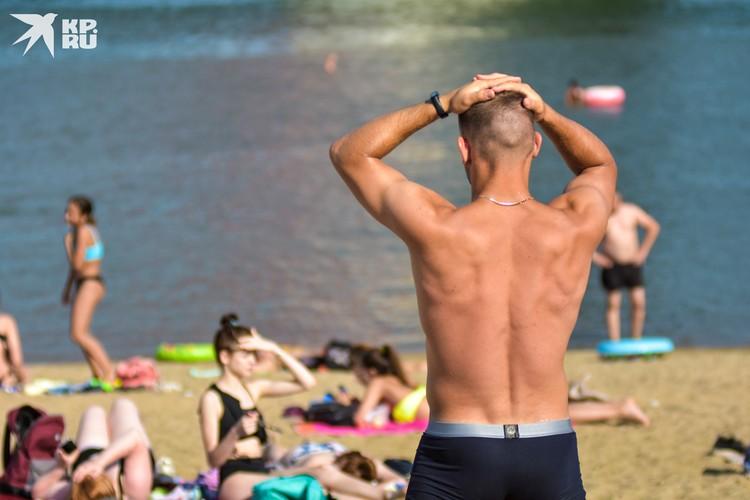 Спортивных и подтянутых мужчин на пляже немного, скажем так.