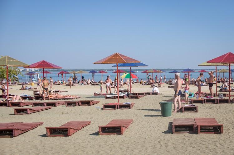 На этом пляже есть лежаки и зонтики.