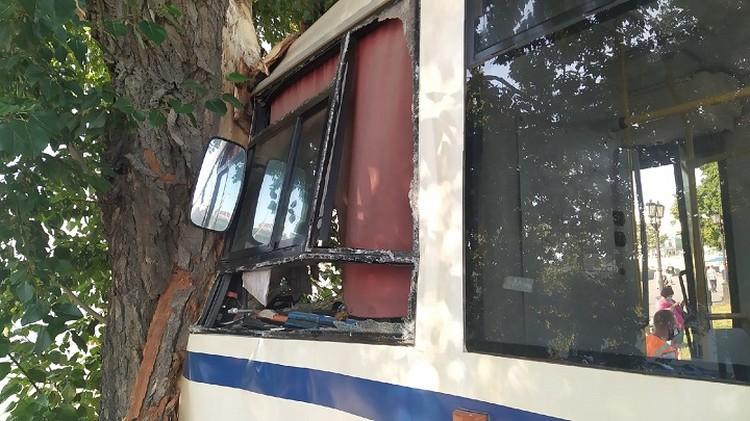 У транспортного средства сильно повреждена передняя часть