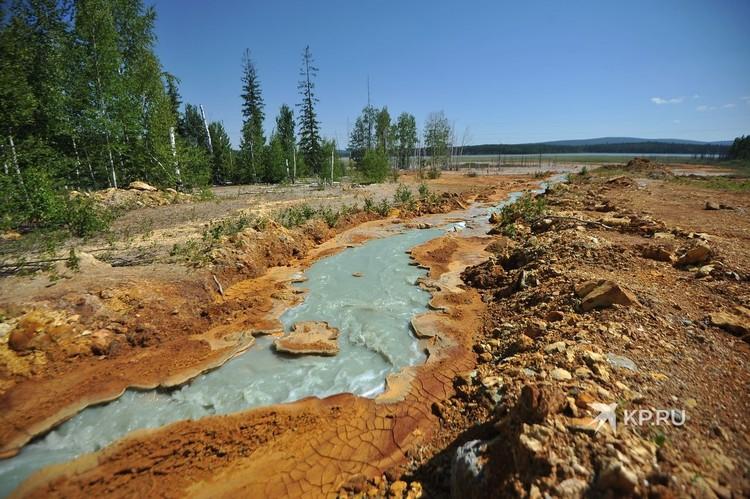 Этот голубой ручей бежит из станции нейтрализации прямо в искусственный пруд у поселка Левиха, в котором вода отстаивается, прежде чем ее сбросят в реку Тагил.