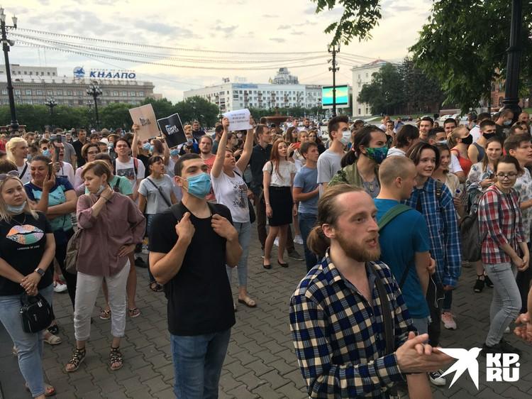 К площади, где Трутнев отвечал журналистам, явно шла вся эта «банда» хабаровчан, требующая свободы.