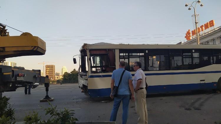 Автбус при помощи крана вытащили на проезжую часть