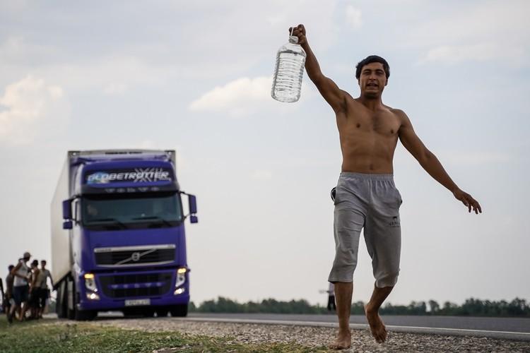 На трассе многочисленные мигранты тормозят фуры, чтобы водители поделились водой