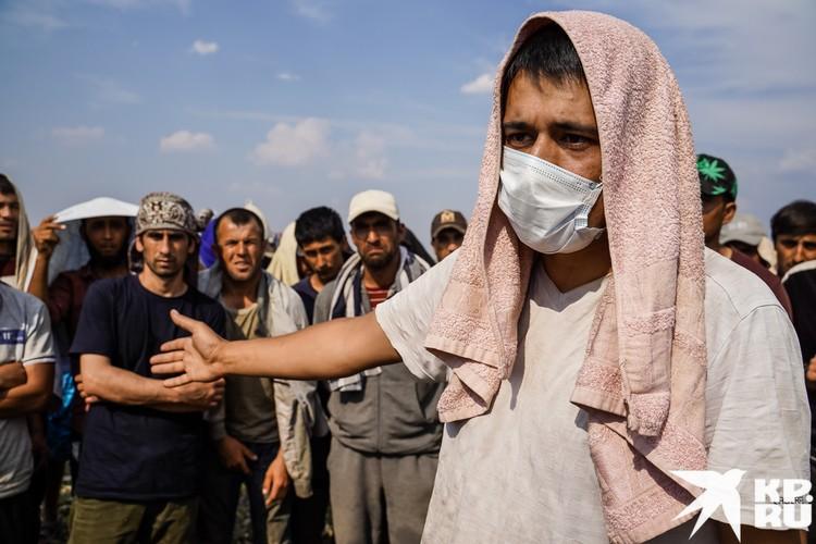 Таджиков здесь всего 92 человека, держатся они обособленно и жалуются, что с ними ни разу не связались ни представители диаспоры, ни из посольства