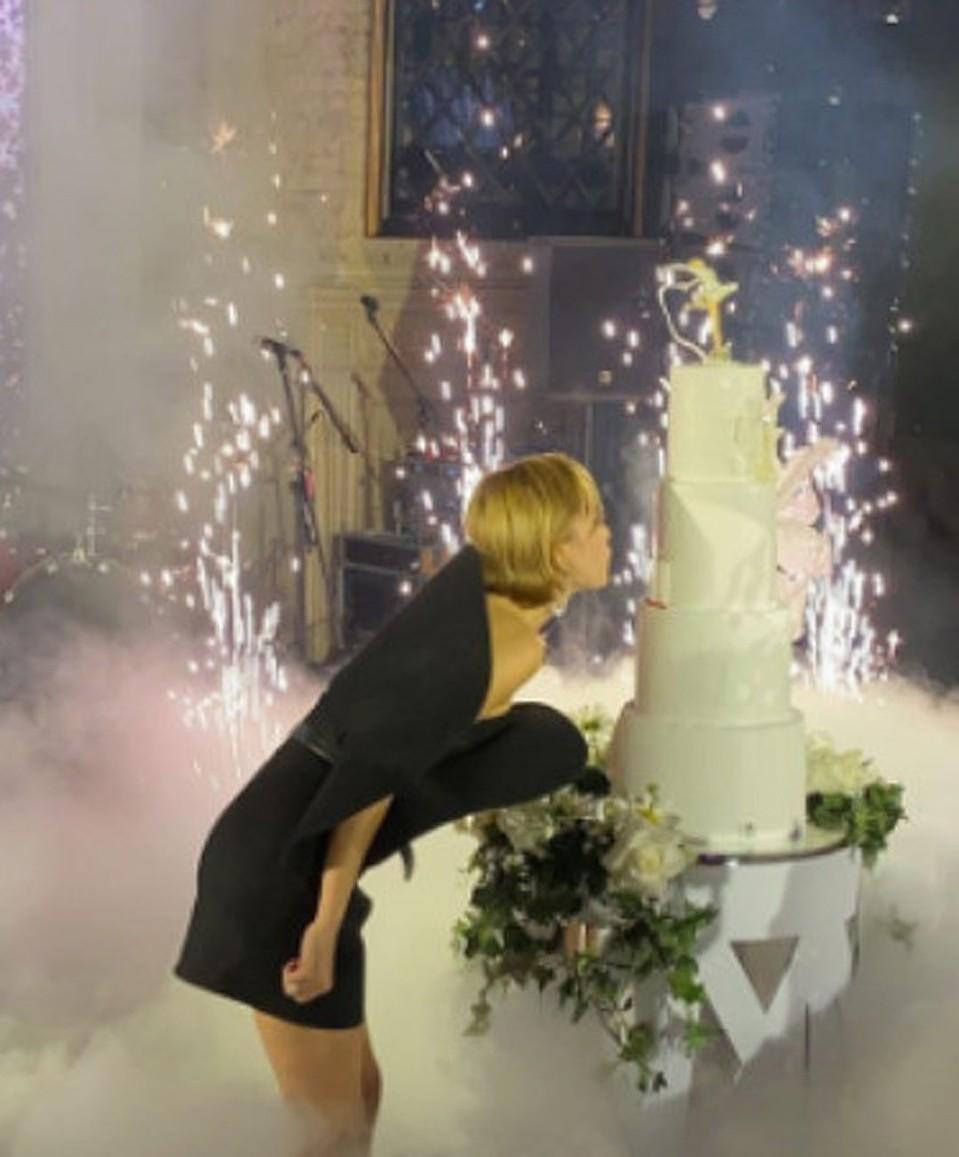 Ляйсан задувала свечи на многоэтажном торте. Фото: Instagram.com