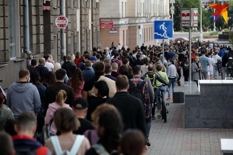 При приближении к площади Победы, людей собралось уже несколько сотен.