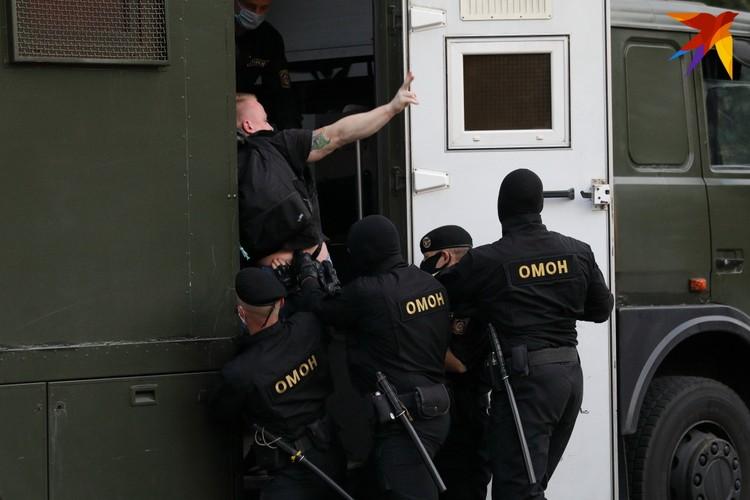 """Сотрудники ОМОНа задерживают участника """"Акции несогласных""""."""