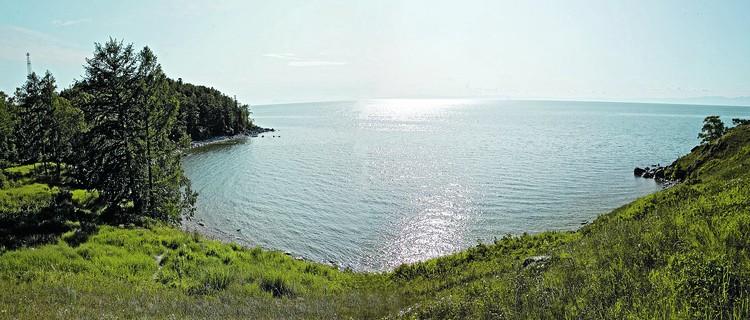 Байкал находится в южной части Восточной Сибири - самое глубокое озеро на планете, крупнейший природный резервуар пресной воды и самый большой пресноводный водоем по площади на континенте.