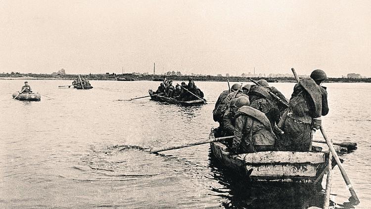 Переправа пехоты через водный рубеж. Фото: Ефим КОПЫТ/РИА Новости