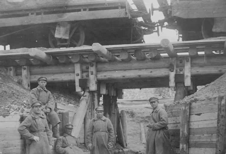 Солдаты охраняют вагоны с углем