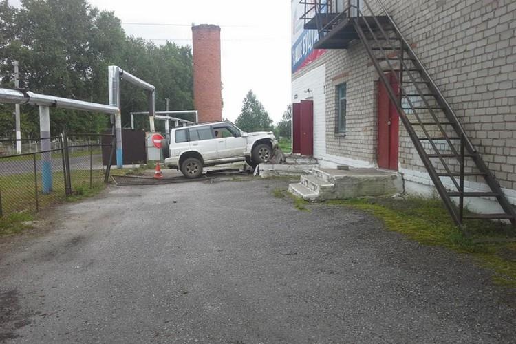 Водитель за рулем авто протаранил крыльцо школы.