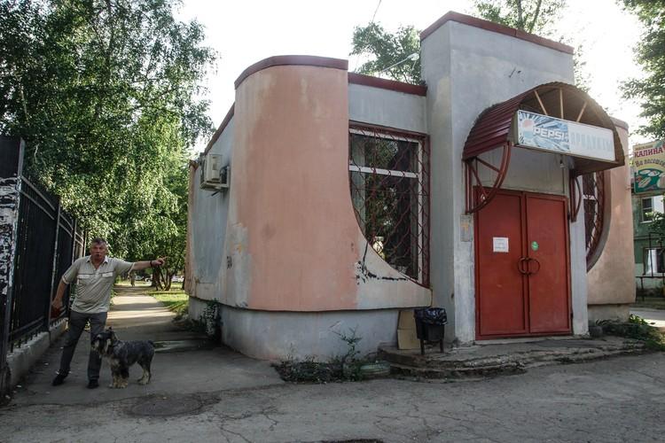 Темпераментный абориген около помещения, которое раньше было киоском «соки – воды», потом магазином и наливайкой