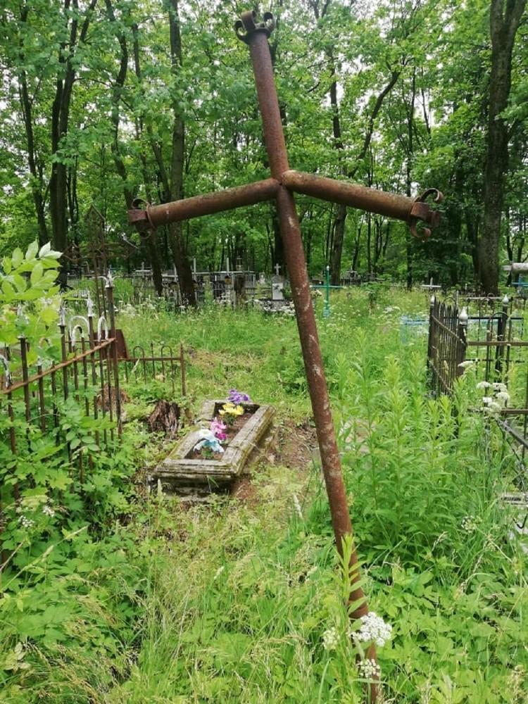 Экскурсовод говорит, что заброшенность - это проблема не только Кальварии, но и многих других кладбищ страны