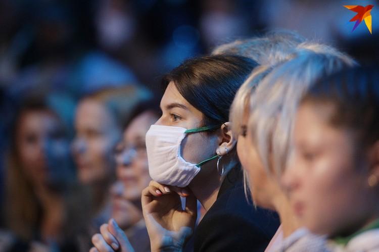 Некоторые зрители пришли в масках