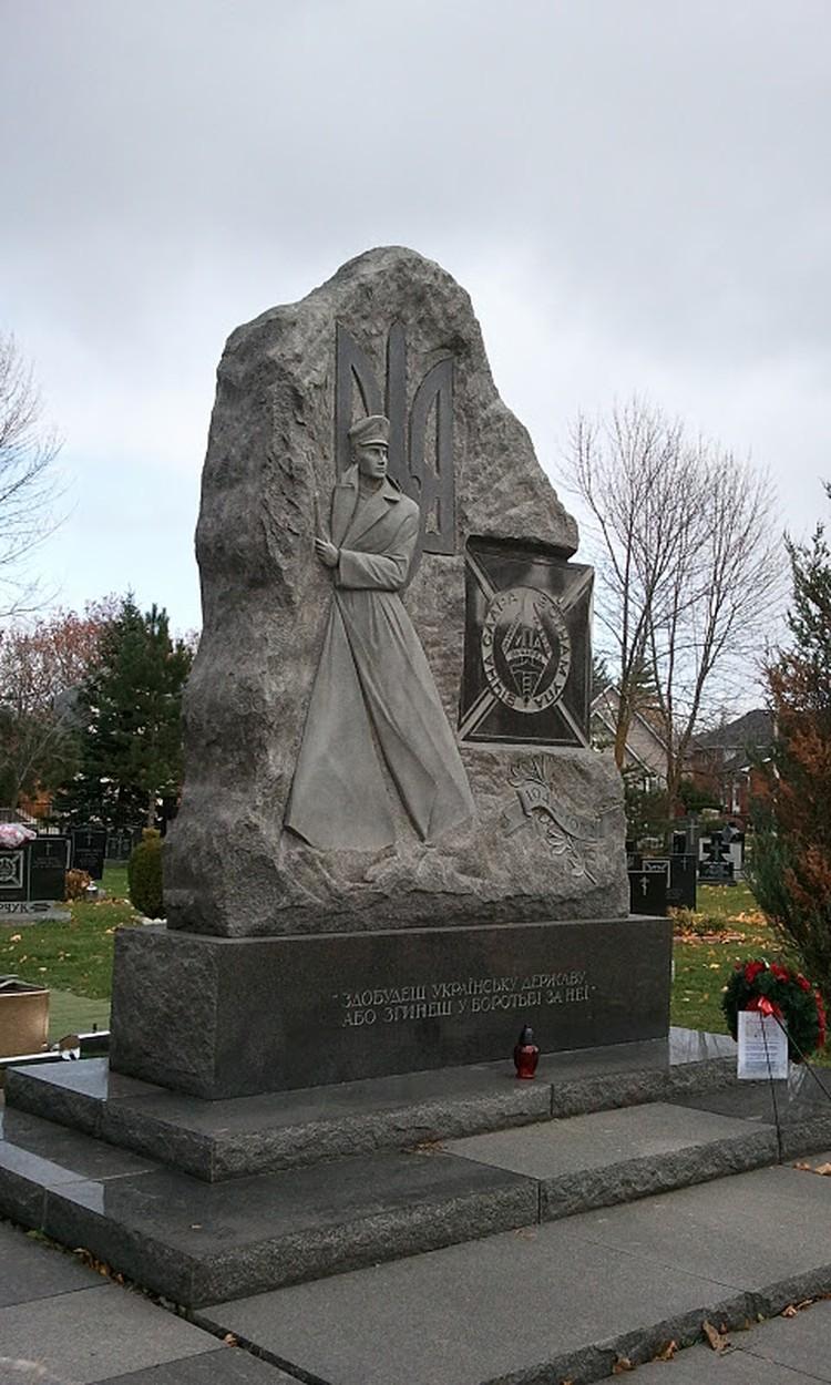 Памятник на кладбище в Оуквилле.