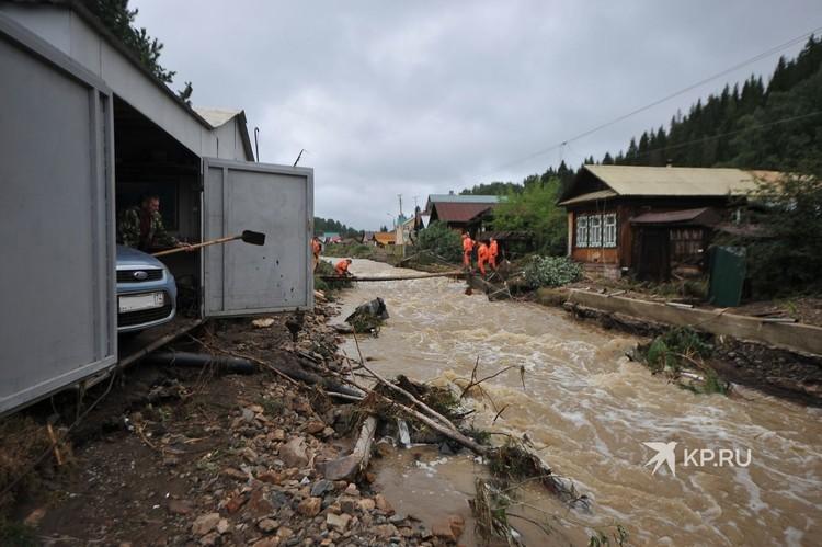 Раньше здесь была дорога, но река Заставка, сменив русло после потопа, уничтожила ее.
