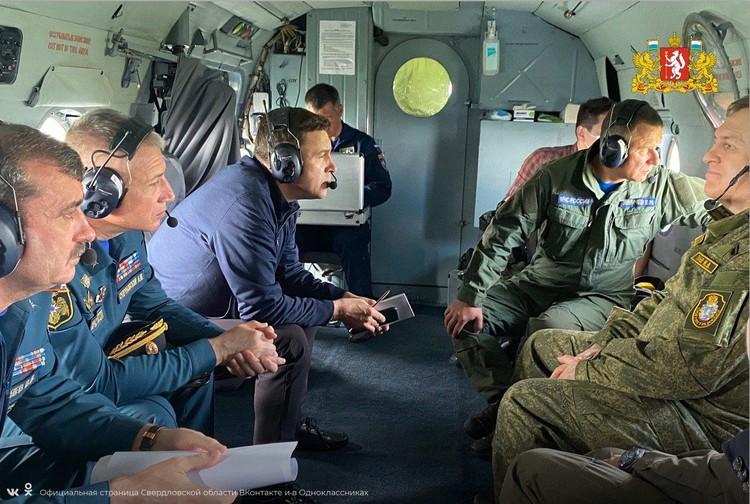 Глава МЧС России Евгений Зиничев (справа) прибыл в Нижние Серги на вертолете вместе с губернатором Свердловской области Евгением Куйвашевым. Фото: vk.com/svo196