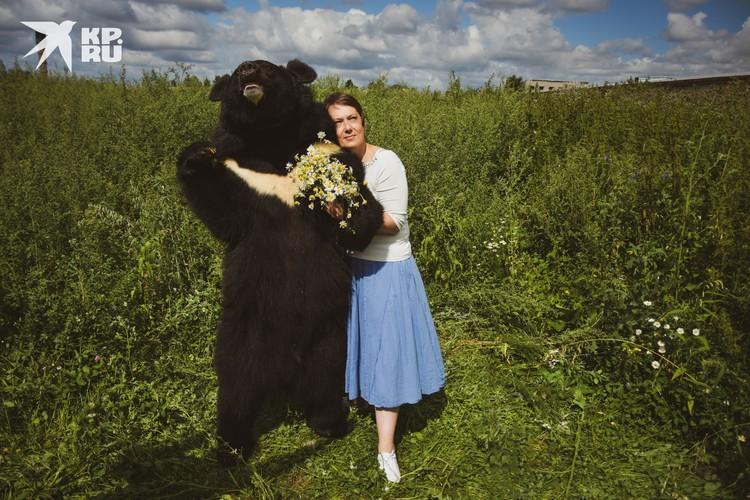 А вы решились бы вот так прогуляться под ручку с медведем?