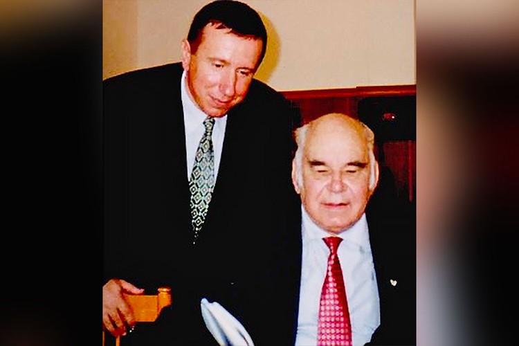 Николай Старченко (слева) показывает Василию Пескову свежий номер своего журнала «Муравейник». Фото из архива Николая Старченко
