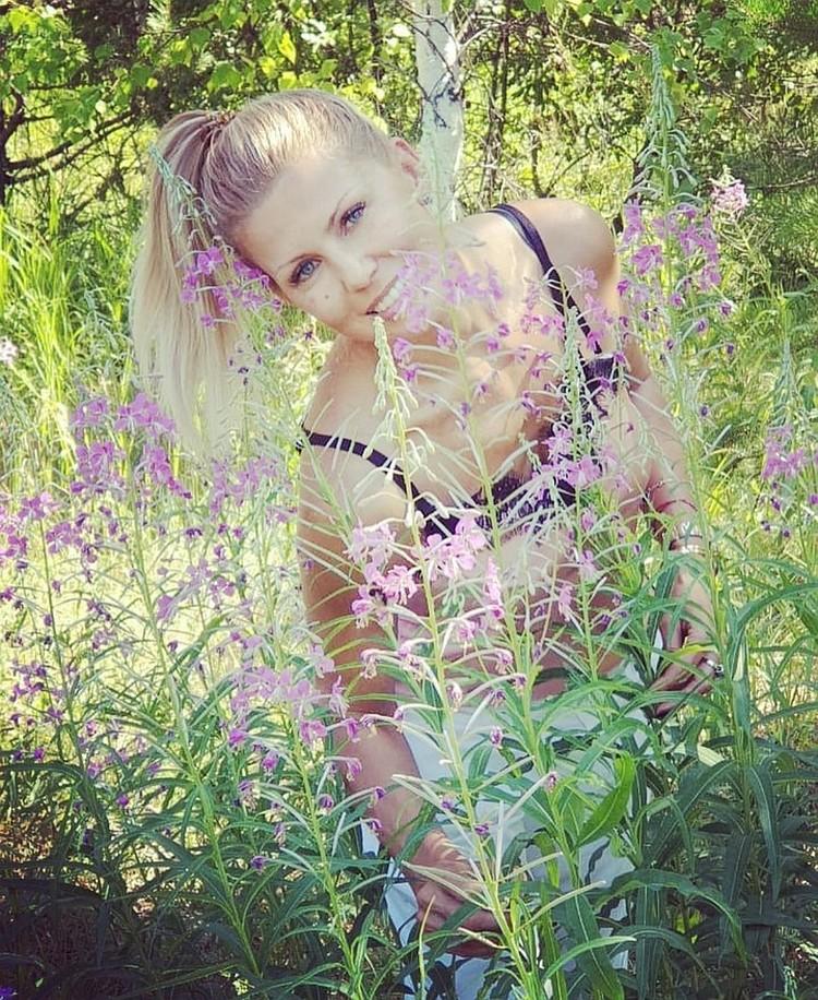 Вероника тоже очарована красотой уральского леса. Фото: Вероника Борисовна Болтвина-Бутузова/vk.com