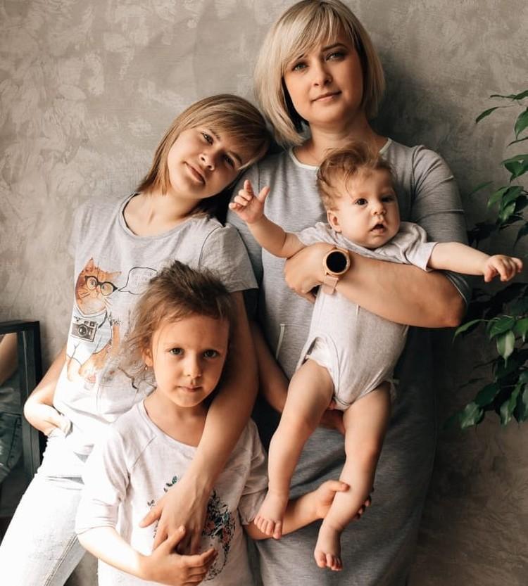 Юлия рассказала, что старается хотя бы выходные проводить дома со своими близкими.