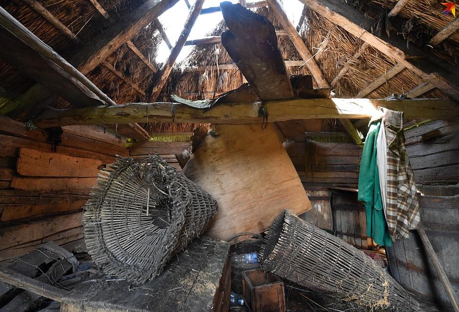 Из старых домов все самое ценное давно вытащили, но какие-то элементы быта из прошлого века еще можно найти. Фото: Виктор ДРАЧЕВ