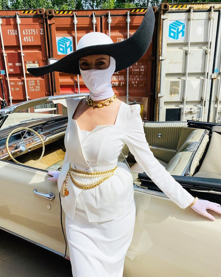 В клипе Подольская в новом образе — пандемия диктует моду на маски.