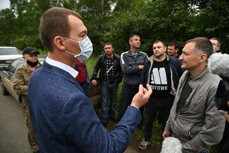 Жители Хабаровского края на дороге рассказали Михаилу Дегтяреву о проблемах
