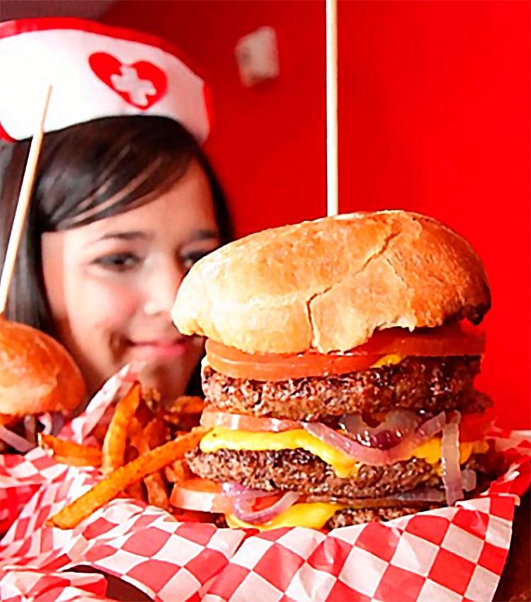 В Лас-Вегасе есть ресторан Heart Attack Grill («Сердечный приступ гриль»), где продают самую вредную еду