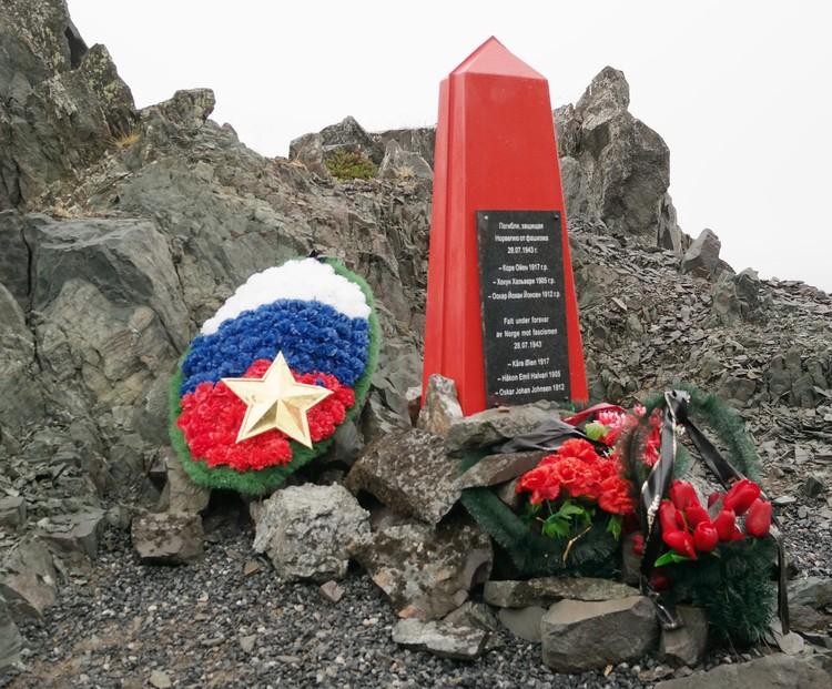 Надпись на памятнике в норвежских скалах - на русском и норвежском языках. Партизаны Коре Ойен, Хокун Хальвари и Оскар Йохан Йонсен погибли, защищая Норвегию от фашизма, 28 июля 1943 года.