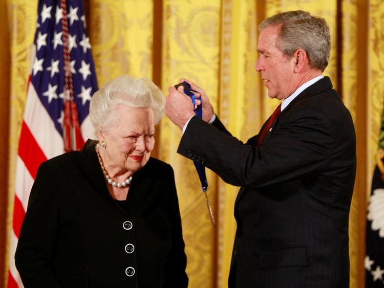 Президент Буш награждает Оливию де Хэвилленд Национальной медалью США в области искусств